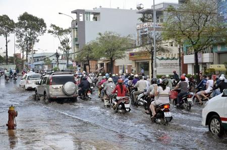 Đường Hồng Bàng bị ngập nặng sau cơn mưa lớn