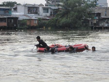 Lực lượng Cứu nạn Cứu hộ đang lặn tìm thi thể thanh niên nhảy kênh chết đuối