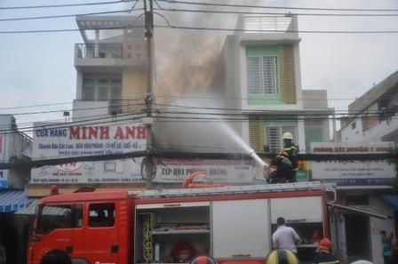 Lực lượng chức năng phải phá cửa để chữa cháy