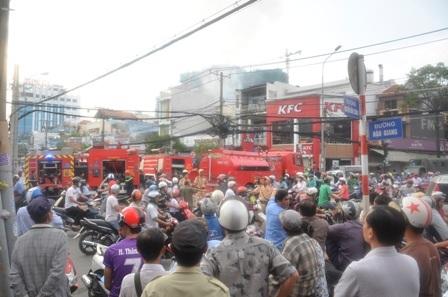 Hàng trăm người dân theo dõi vụ việc.