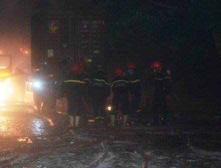Hơn 200 lính cứu hỏa chiến đấu liên tục 9 tiếng mới khống chế được vụ cháy công ty hóa chất