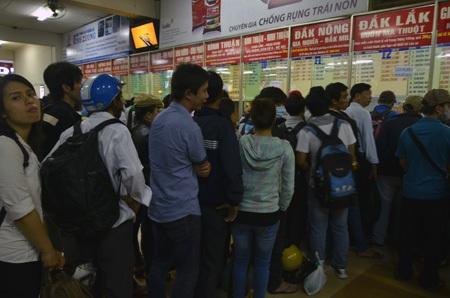 Dòng người xếp hàng chờ mua vé
