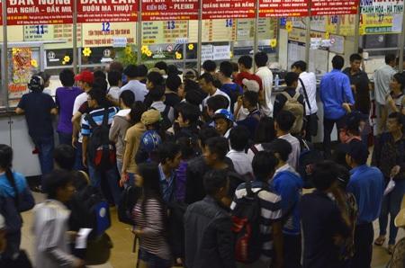 Người dân tập trung mua vé xe tại bến xe miền Đông trong chiều 29/4