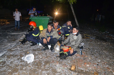 Lính cứu hỏa mệt mỏi vì chiến đấu với bà hỏa suốt 9 tiếng đồng hồ