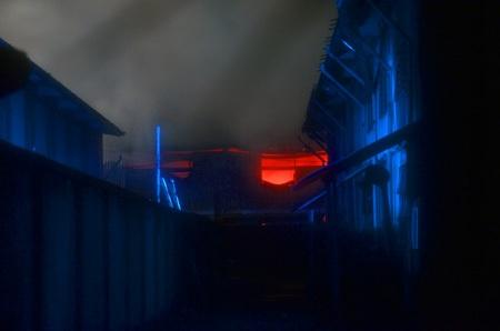 Đến 0 giờ rạng sáng 17/4, lửa vẫn hừng hực trong nhà kho của công ty
