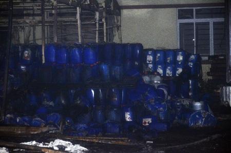 Nhiều thùng hóa chất đang cháy dỡ