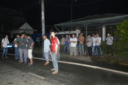 Công nhân của các công ty bên cạnh, người dân tập trung tại hiện trường để theo dõi vụ cháy