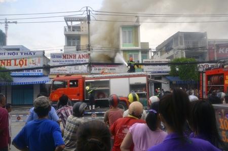 Lực lượng chữa cháy cố gắn phun nước dập lửa