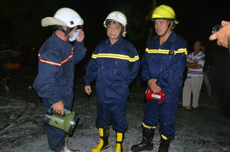 Thiếu tướng Trần Triều Dương (giữa), Giám Đốc Sở Cảnh sát PCCC TPHCM có mặt tại hiện trường