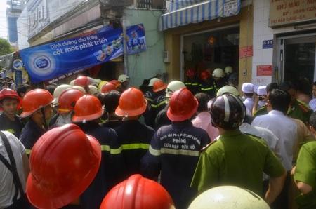 Lực lượng chức năng phá cửa để chữa cháy