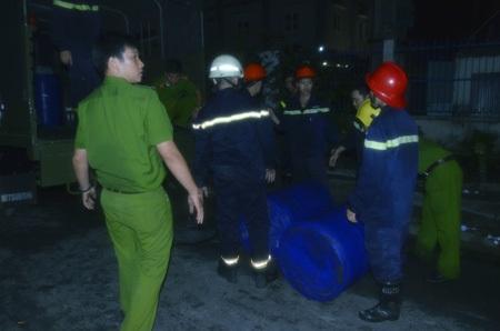 Nhiều thùng hóa chất đặc biệt được đưa đến hiện trường để khống chế vụ cháy công ty hóa chất
