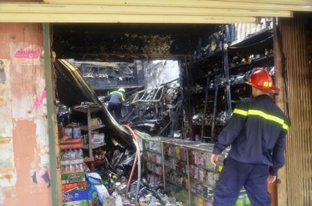 Bên trong tiệm tạp hóa bị cháy