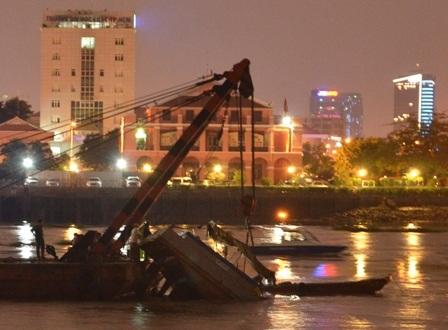 Đến tối, thủy triều rút nên công tác trục vớt chiếc sà lan được thuận lợi
