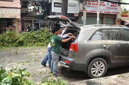 Rất may tài xế và khách trên xe đã rời đi nên không có ai bị thương