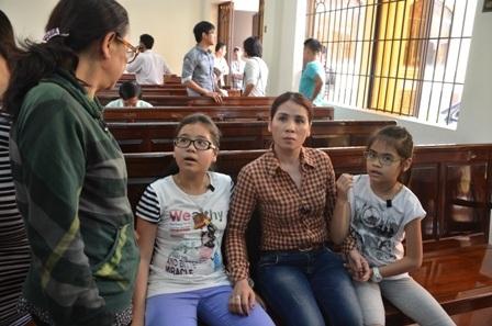 Vợ và con gái của nạn nhân Sơn