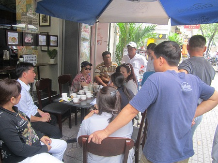Hàng chục chủ nợ đã kéo đến công an phường Bến Nghé để tố cáo hành vi lừa đảo của bà L.