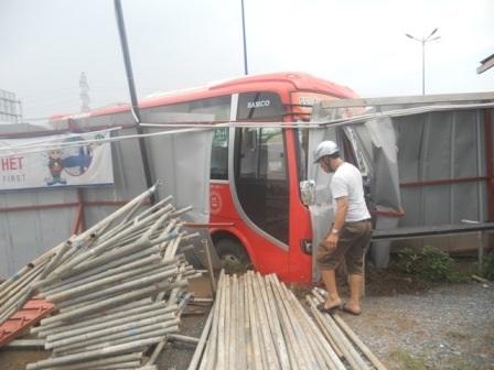 Hiện trường xe khách lao vào rào chắn công trình thi công nhà ga Metro Bến Thành - Suối Tiên