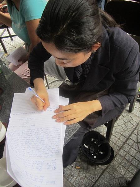Nạn nhân viết đơn tố cáo bà L. lên công an