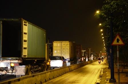 Đoàn xe xếp hàng trên tuyến đường dẫn vào cảng Cát Lái trong tối 20/6