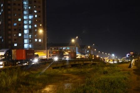Hàng trăm phương tiện xếp hàng dài hơn 4km từ cầu Giồng Ông Tố đên trước cảng Cát Lái