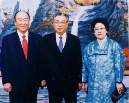 Ông Sun Myung Moon chụp ảnh cùng nhà lãnh đạo Triều Tiên Kim Il-Sung (giữa)