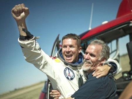 Felix Baumgartner (trái) đã lập lên kỳ tích