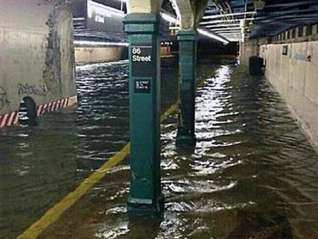 Các tuyến tàu điện ngầm New York đã bị ngập nặng