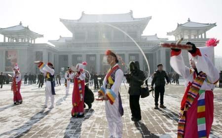 Nhiều người tụ tập nhảy múa ăn mừng trước Nhà hát lớn tại Bình Nhưỡng
