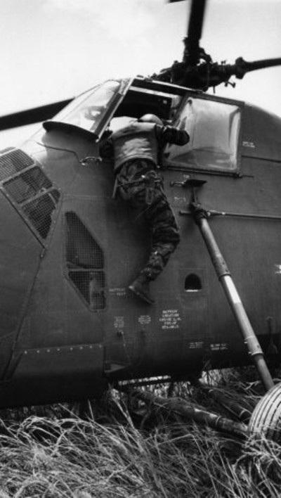 Từ chiếc YP3 đã bị hạ, xạ thủ bị thương, chạy lại chiếc YP 13 nơi Farley đang đợi ở cửa.
