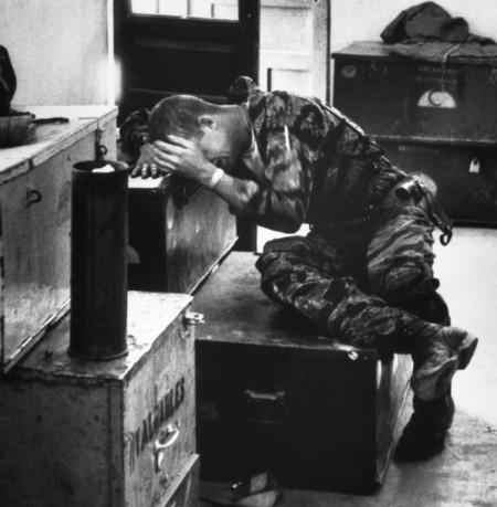 Quá mệt mỏi và căng thẳng, James Farley đã gục xuống khóc nức nở trong kho quân nhu