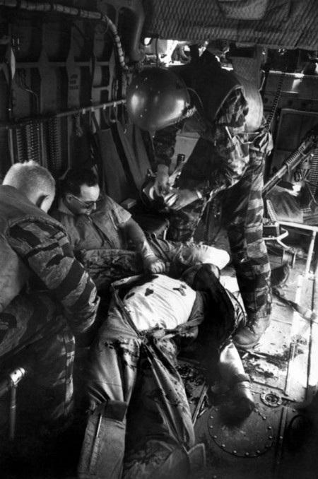 """""""Một người bị thương nữa, trung úy Billie Owens, đã bị trúng đạn vào vai và bị sốc""""."""