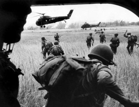 Cuộc đổ bộ nhìn từ bên trong trực thăng
