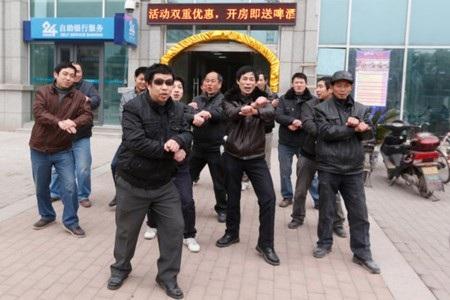 Các công nhân hy vọng vũ điệu Gangnam Style sẽ giúp họ đòi được nợ lương