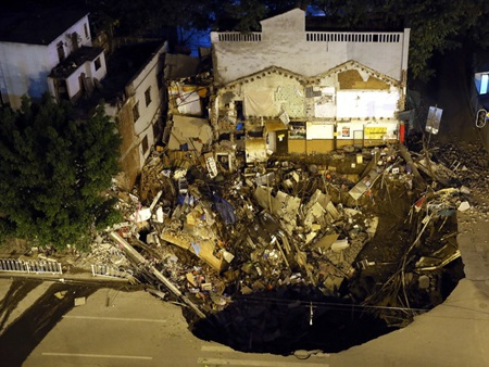 5 cửa hàng và một tòa nhà đã bị biến thành gạch vụn