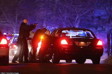 Cảnh sát đã có nhiều màn đấu súng căng thẳng với 2 nghi phạm