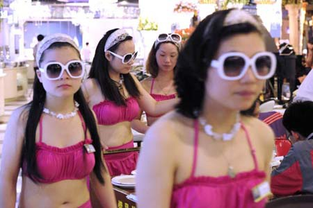 Nhiều nữ thực khách cũng hưởng ứng mặc bikini khi vào quán