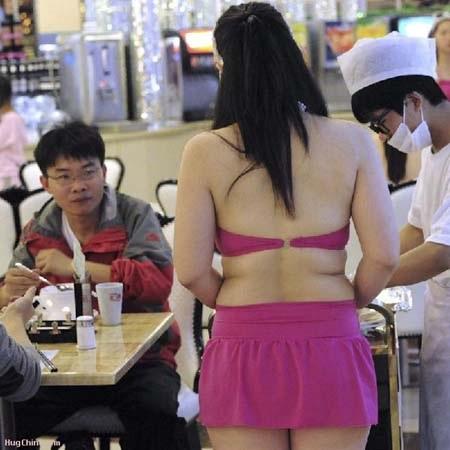 Một nhân viên phục vụ trong trang phục bikini