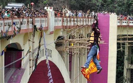 Sailendra Nath Roy tử vong khi đang treo người trên dây