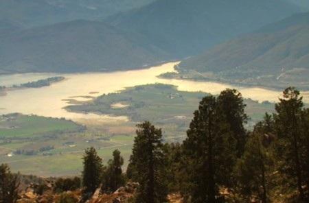Quanh ngọn núi còn có nhiều hồ nước đẹp