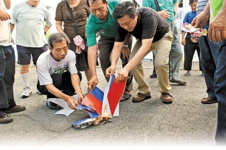 Ngư dân Đài Loan giận dữđốt cờ Philippines sau vụ mộtngư dân bị bắn chết.