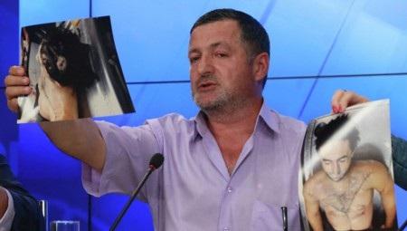 Ông Abdulbaki Todashev đưa ảnh thi thể con trai