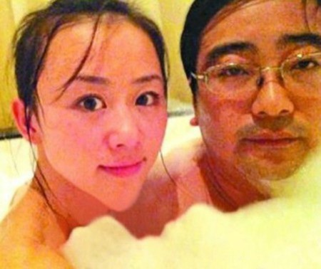 Tế Anh Nam và Phạm Duyệt trong bồn tắm