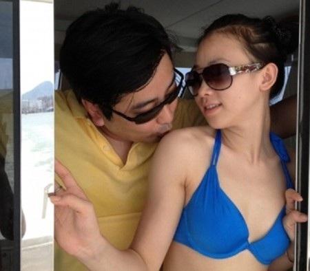 Một bức ảnh của nữ MC xinh đẹp với vị quan chức Trung Quốc