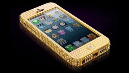 Hai sản phẩm iPhone 5 bằng vàng đang được chào bán