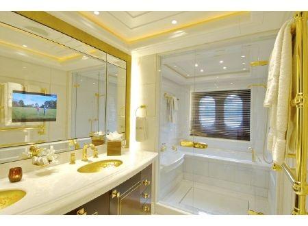 Phòng tắm sang trọng với nhiều chi tiết mạ vàng