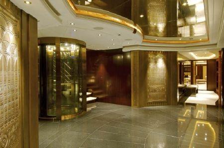 Sảnh và cầu thang máy đều có được trang trí bằng vàng