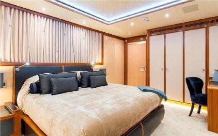 Phòng ngủ chính rất rộng với tầm nhìn ra biển