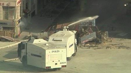 Cảnh sát Thổ Nhĩ Kỳ dùng vòi rồng đẩy lùi người biểu tình