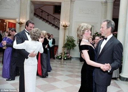 Hé lộ ảnh độc Công nương Diana khiêu vũ cùng sao Hollywood