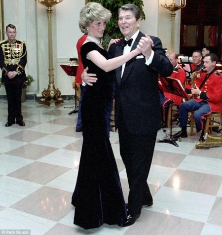 Công nương Diana khiêu vũ cùng Tổng thống Mỹ Reegan năm 1995